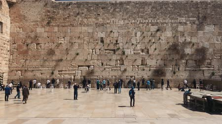 judaizm : JERUSALEM, ISRAEL - MARCH 19, 2017: View on the Wailing Wall, orthodox religious Jews and tourists in Old City of Jerusalem, Israel
