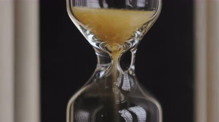significar : Close-up of sand in an hourglass