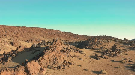 kumul : the Martian landscape. Smooth flight over the desert area of another planet. Stok Video