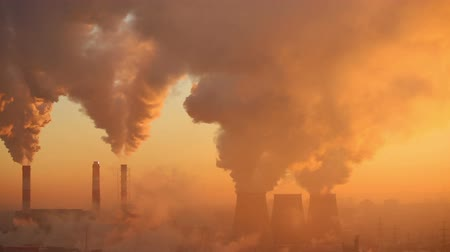 climate : Polluting factory at dawn, time-lapse