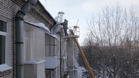 faház : Man safely remove icicles Stock mozgókép