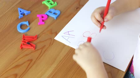 příklad : Young girl is learning the alphabet Dostupné videozáznamy