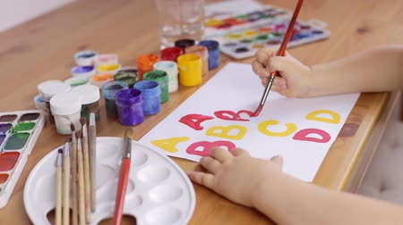 çizmek : Preschooler learn how to write letters. Education concept