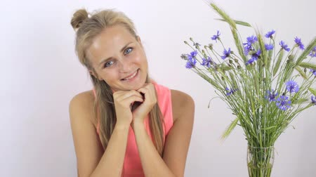 chabry : Girl smiling and sniffing the a bouquet Wideo