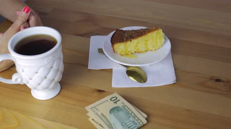 ipuçları : Hands put money for breakfast in a cafe