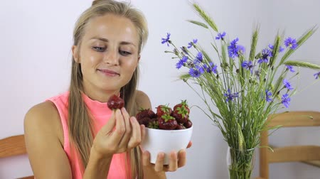 chabry : Woman eats a large strawberry and smiles Wideo