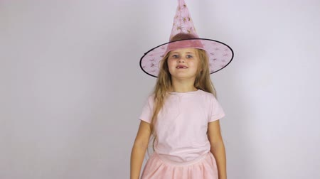 kostüm : Girl in a pink hat jumps and dances Stok Video