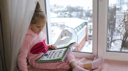 pizsama : Girl in pajamas reading a book