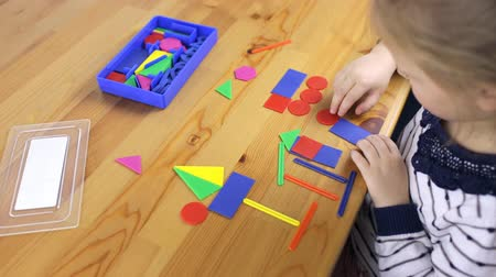 completo : Child collects objects from geometric shapes