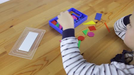 головоломки : Preschooler exploring geometric shapes, shapes and colors