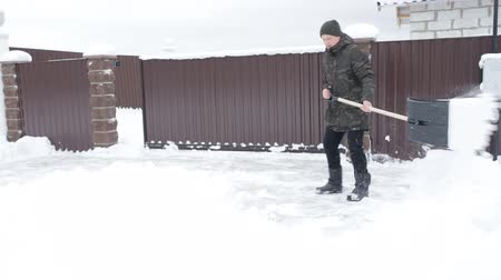 Man cleans the road from the snow Stockvideo