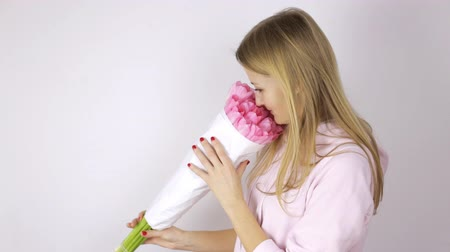 tulipan : Woman looking at a bouquet of pink tulips Wideo