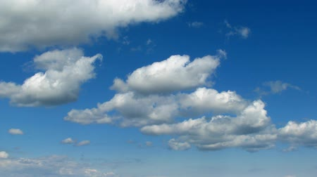 jovial : Lovely clouds passing and forming on the sky. Vídeos