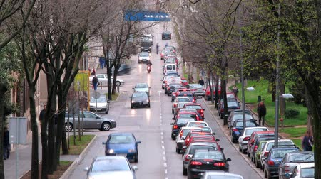 ruído : Traffic on the street with cars passing.
