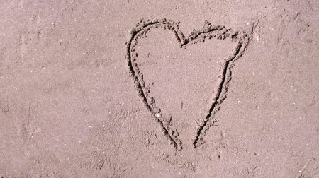 milovat : Writting love message on the sand. Dostupné videozáznamy