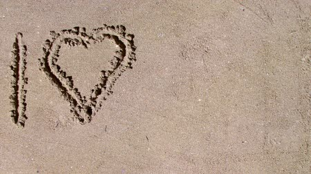 toco : Writting I love you in the sand. Vídeos