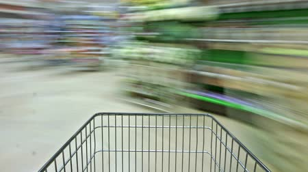 супермаркет : Buying groceries at the supermarket and driving the shopping cart.