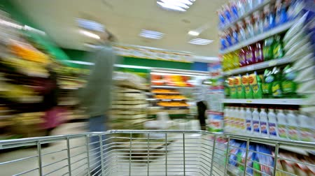 nabiał : Buying groceries at the supermarket and driving the shopping cart.