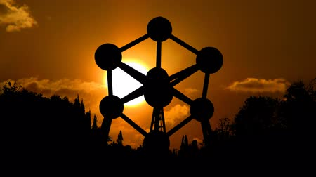 bélgica : The Atomium is the monument in Brussels in Belgium built in the 1958. Designed by Andr Waterkeyn it stands 102 meters tall it has nine steel spheres connected so that the whole forms the shape of a unit cell of an iron crystal magnified 165 billion times.