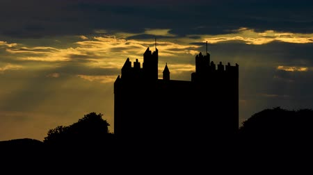 zamek : Bunratty castle or Caislen Bhun Raithe built in the 1425 is a large tower house in County Clare Ireland.