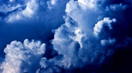 гром : Grand clouds forming a storm in the blue colour.
