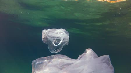 lixo : Nylon bags floating in the sea. Stock Footage