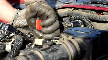 peças : Mechanic fixing the car.