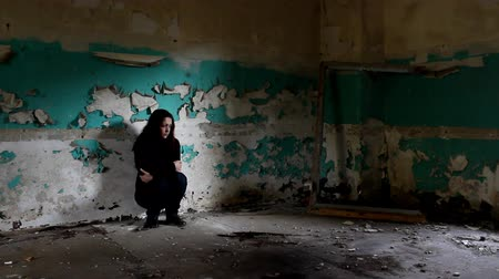 starosti : Woman in the deserted building. Dostupné videozáznamy