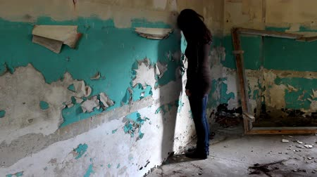 беспокоюсь : Woman in the deserted building. Стоковые видеозаписи