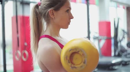 esvoaçantes : Kettlebell fitness, young female athlete doing strength exercises in the gym