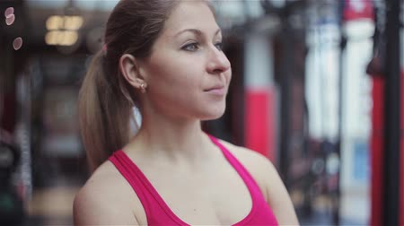 esvoaçantes : Young woman athlete ready to train, portrait in the gym. Stock Footage