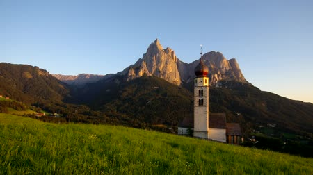 údolí : Church St. Valentin and mountain Schlern