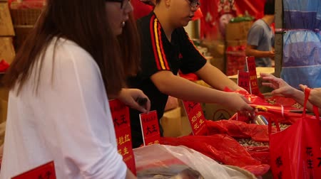 kínai negyed : SINGAPORE - FEBRUARY 17, 2015: Trade peanuts on the eve of Chinese New Year in Chinatown in Singapore. Chinese composition of 77% of the population of Singapore.