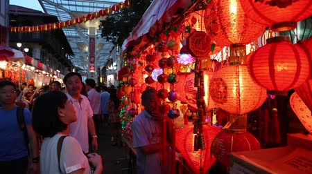kínai negyed : SINGAPORE - FEBRUARY 17, 2015: Festive trade on the eve of Chinese New Year in Chinatown in Singapore. Chinese composition of 77% of the population of Singapore. Stock mozgókép