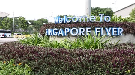 рекламный : SINGAPORE - JANUARY 26, 2015: Advertising construction of letters Singapore Flyer. Giant Ferris wheel, located in Singapore. With a total height of 165 m, second tallest in the world.