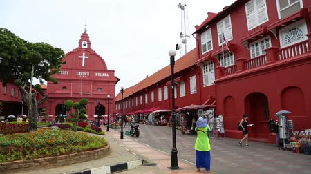 наследие : MALACCA, MALAYSIA - CIRCA JANUARY, 2015:  Dutch square with old buildings is the historical center of Malacca. Malacca was included in the list of UNESCO World Heritage Sites in 2008. Стоковые видеозаписи