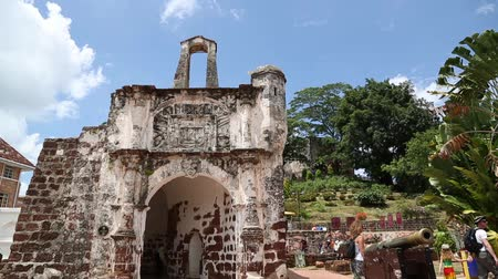наследие : MALACCA, MALAYSIA - CIRCA JANUARY, 2015: Tourists visit the Porta de Santiago the remaining ruins of the Portuguese A Famosa fortress. Malacca was included in the list of UNESCO World Heritage Sites in 2008.