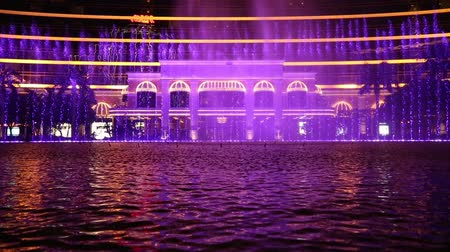казино : MACAO - CIRCA JUNE, 2014: Wynn Macau casino fountains is a choreographed water feature with performances set to light and music. Wynn Macao one of the best gaming and hotel complexes in Macau.