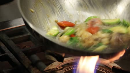 frigideira : Cook roasts seafood and vegetables in a frying pan over strong fire tossing and mixing dish being prepared. From a series of Food Korean cuisine. Vídeos