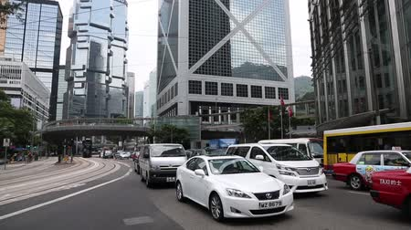 centrální čtvrť : HONG KONG CIRCA JUNE 2014: District Central is the business district of Hong Kong Island. Cars on the Queenway buildings the Cheung Kong Centre 283 m and Bank of China Tower 315 Lippo Centre Dostupné videozáznamy