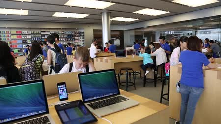 winkelen : HONG KONG CIRCA juni 2014: Kopers en verkopers elektronica bij Apple store in Hong Kong. Store is in een winkelcentrum IFC Mall is het erg populair bij de lokale bevolking en toeristen een bezoek aan Hong Kong.