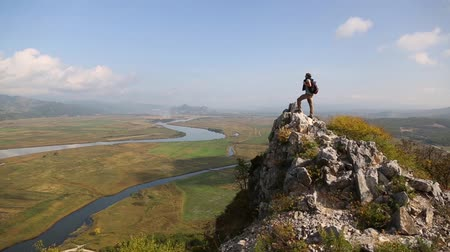 hátizsákkal : Hiker man climbs to the top of the mountain by autumn morning.