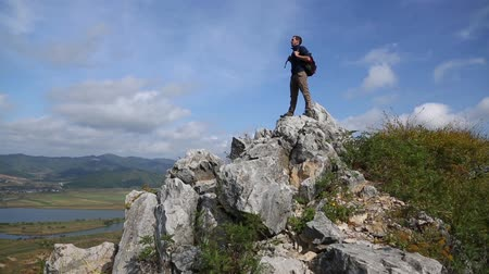 поход : Backpacker climbs to the top of the mountain by autumn morning.