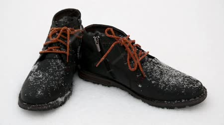 cipőfűző : It is snowing - new winter boots standing in the snow