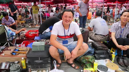 антиквариат : BEIJING - CIRCA JUNE, 2015: Panjiayuan Flea Market is located on the street Hua Weili - one of best antiques market in China. It also has the reputation the most inexpensive antiques market in Beijing