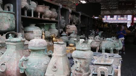 zanaat : BEIJING - CIRCA JUNE, 2015: Famous Panjiayuan Flea Market is located on the street Hua Weili - one of best antiques market in China. Market deals mainly in antiques and arts and crafts.