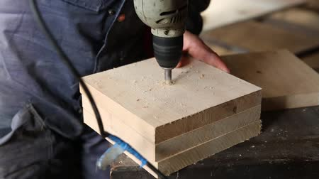 moagem : Joiner drill bit in wood furniture in the carpentry workshop Vídeos