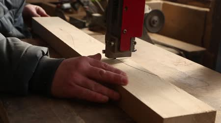 práce ze dřeva : Joiner cuts piece of furniture in the woodworking machinery.
