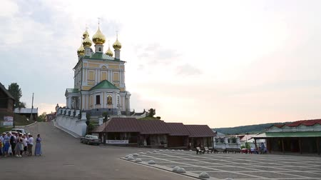 PLES, RUSSIA - CIRCA JUNE, 2016: Historical square city of Ples on the embankment of the Volga River. Included in the tourist route Golden Ring of Russia, was founded in the 12th century. Vídeos