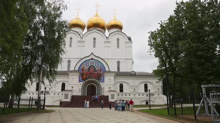 YAROSLAVL, RUSSIA - CIRCA JUNE, 2016: Assumption Cathedral in Yaroslavl - the first stone church building beginning in 1215. Included in the tourist route Golden Ring of Russia. Vídeos